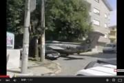 فيديو : مواطن ليبي يركن طائرة حربية F16 قرب منزله