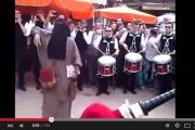 فيديو. مُنقبة تفاجأ فرقة موسيقية دنماركية بفاس بوَصلة رقص مجنونة