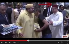 فيديو. شاهدوا غضب الملك من تصرف مدير التشريفات في استقباله لمُعتقلين