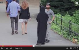 فيديو. شاهد ردة فعل المَارة بين ضرب فتاة مُحجبة وفتاة غير مُحجبة