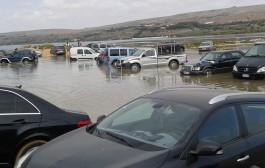 فيديو . مياه المحيط الأطلسي تحاصر مئات السيارات بشاطىء الجديدة