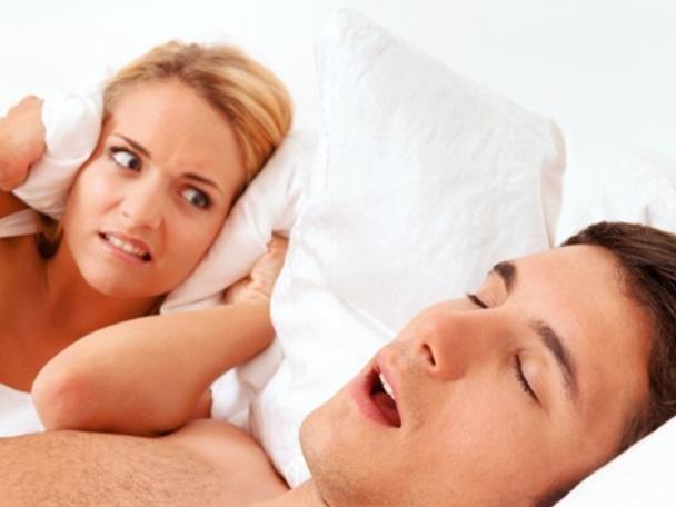 بالفيديو: نصيحة طبيب لحلّ مشكلة الشخير أثناء النوم
