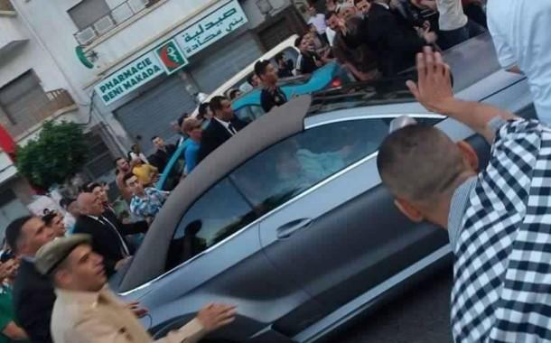 صور. محمد السادس يجوبُ أزقة وشوارع 'بني مكادة' على متن سيارته الخاصة رفقة 'الهِمة'