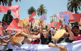 """مهنيو البلاستيك يحتجون أمام البرلمان ضد منع """"الميكا"""" ويحذرون من تشريد 50 ألف أسرة"""