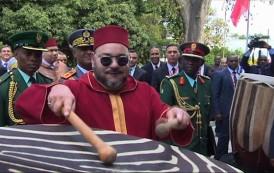 صور و فيديو . الملك محمد السادس يثير إعجاب العالم باحتفائه بتراث تنزانيا بقرع الطبول