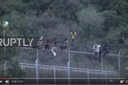 فيديو . أفارقة يحاولون اجتياز السياج الحديدي لمدينة سبتة