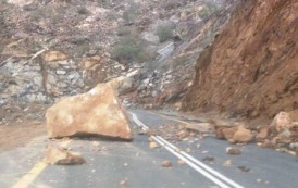 انقطاع الطريق الساحلية الرابطة بين تطوان والحسيمة بسبب سقوط الأحجار