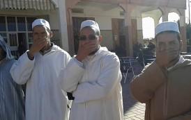 صور . أئمة بتنغير يحتجون على مندوب 'التوفيق' بطريقتهم الخاصة بعد توقيف خطيب جمعة