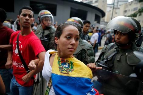 بالأسماء . مغاربة فينزويلا يستغيثون بالملك للعودة لأرض الوطن بعد تدهور الأوضاع الإقتصادية و الإجتماعية