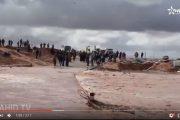 فيديو . الفيضانات الجارفة تقطع الطريق بين كلميم و طنطان