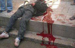 مخمور يقتل شخص بالقنيطرة أمام والدته بعد أن وجه له طعنةً بسيف