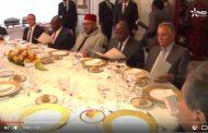 فيديو . 'نبيل' الشيوعي ينعم برضى الملك و يجلسه بالقرب منه في حفل غذاء بالكوت ديفوار