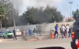 فيديو. مواطن يشعل النار في جسده احتجاجاً أمام المحكمة بالمُحمدية