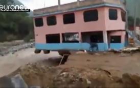 فيديو. الفيضانات تجرف المنازل والسيارات في الپيرو