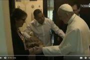 فيديو . أسرة مغربية مقيمة بإيطاليا تستقبل البابا 'فرانسيس' في منزلها بالتمر و الحليب