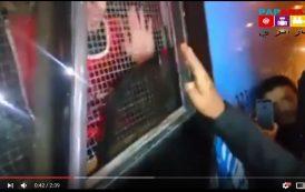 فيديو . عشرات المعطلين بالعيون يهددون بحرق ذواتهم داخل حافلة تابعة للمكتب الشريف للفوسفاط