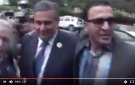 فيديو . شخص غريب قدم نفسه كصحفي يثير ضحك أخنوش و يخلق بلبلةً بمقر البيجيدي