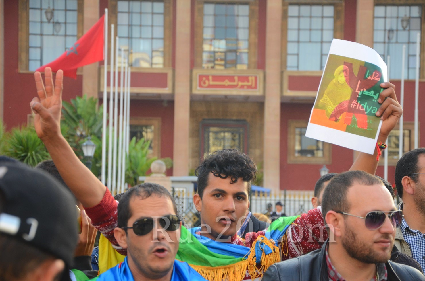 صور و فيديو   'إيديا' تخرج عشرات الغاضبين للإحتجاج أمام البرلمان للمطالبة بإنقاذ 'المغرب العميق'