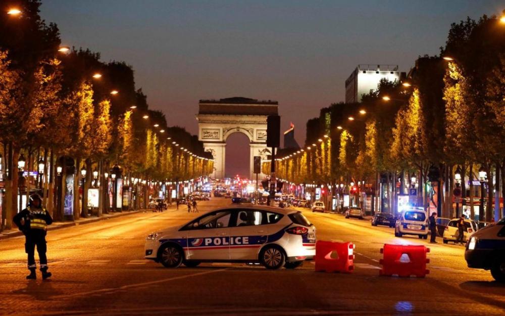 """مقتل شرطيين اثنين في حادث إطلاق نار بشارع """"شانزيليزيه"""" بالعاصمة الفرنسية باريس"""