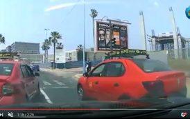 """فيديو . طاكسيات حمراء تحاصر سائق طاكسي """"أوبر"""" بالدار البيضاء"""
