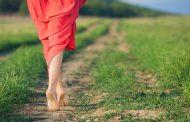 هذه هي الفوائد الصحية للمشي بقدمين حافيتين