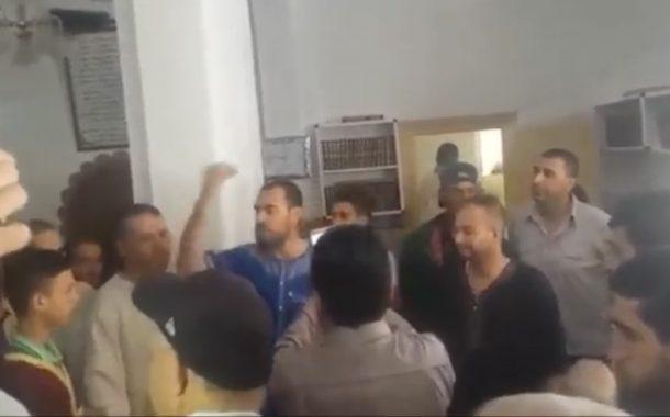 استنكار عارم لاقتحام 'الزفزافي' لمسجد بالحسيمة وتراجع المتعاطفين معه عن دعمه