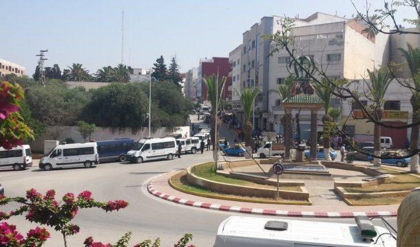 الأمن يحاصر منزل 'الزفزافي' لاعتقاله و محتجون يهربونه و يشكلون سلاسل بشرية للدفاع عنه