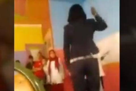 """فيديو. أستاذة تعنف التلاميذ بـ""""وحشية"""" في أكادير..ووزارة حصاد تفتح تحقيقا"""