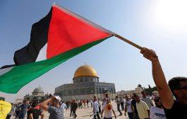 آلاف المصلين يتدفقون إلى الأقصى لأول مرة منذ أسبوعين ويرفعون العلم الفلسطيني فوق المسجد