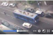 فيديو . مراهقون يعتلون سقف حافلة للنقل العمومي بالدار البيضاء