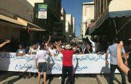 أفراد الجالية ينزلون للشارع بالحسيمة للإحتجاج وسيارات الإسعاف تنقل محتجين اختنقوا بالغاز المسيل للدموع