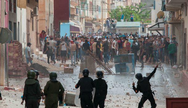 نيويورك تايمز : المغرب غارق في الإحتجاجات و الحسيمة باتت مثل 'غيتو' مزقتها الحرب