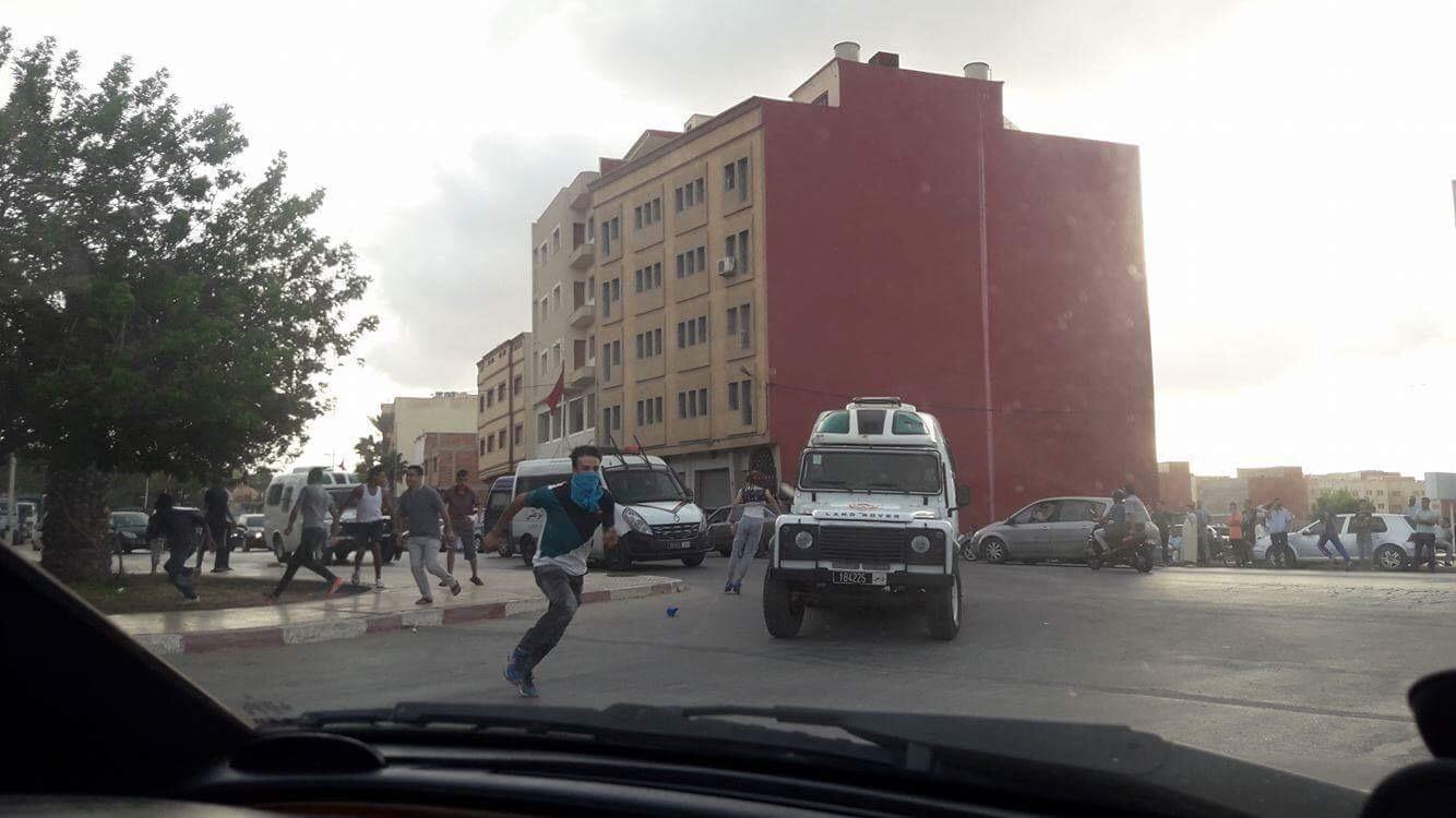 صور. مواجهات عنيفة بين الأمن ومتظاهرين بـ'العروي' في فض وقفة تدعو لإطلاق معتقلي حراك الريف