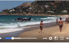 فيديو . وصول قارب مطاطي لشاطئ قادش الإسبانية في واضحة النهار وعلى متنه مهاجرين سريين