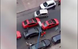 فيديو . سائقو الطاكسيات الحمراء بالبيضاء يحاصرون سائق سيارة 'أوبر' و يشبعونه ضرباً