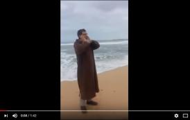 فيديو . الفيزازي يؤذن للصلاة على شاطئ البحر