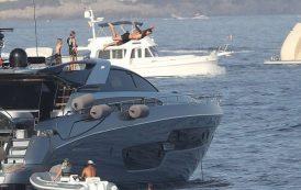 بالصور. إبراهيموفيتش يصيب الأطباء بالذهول بقفزة مجنونة في البحر