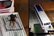 فيديو . قاصر مغربي يحاول الهجرة سراً فوق سطح عربة مجرورة بواسطة حافلة للنقل الدولي