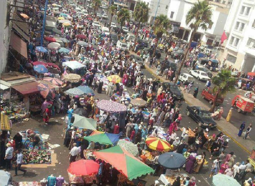 الباعة المتجولون يفرضون قانون الغاب ويُحولون شارع 'محمد السادس' بالدارالبيضاء لسُوق عَشوائي في غياب السلطات
