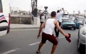 فيديو . شخص يحمل سيفاً يروع مواطنين بطنجة و يوقف حركة السير وسط الشارع