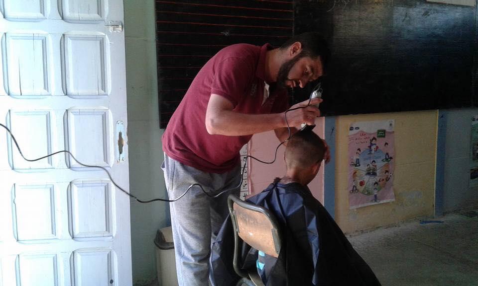 أستاذ يقوم بحلق شعر تلامذته داخل القسم ضواحي الحسيمة