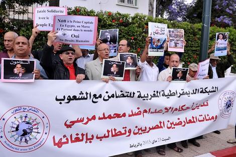 مغاربة يتظاهرون أمام البرلمان بالرباط تضامناً مع اليونان ضد الاتحاد الأوربي
