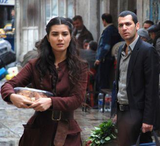 """الممثل التركي مراد يلدريم بطل مسلسل """"عاصي"""" يطمئن محبيه بعد نجاته من حادث """"تدافع منى"""""""