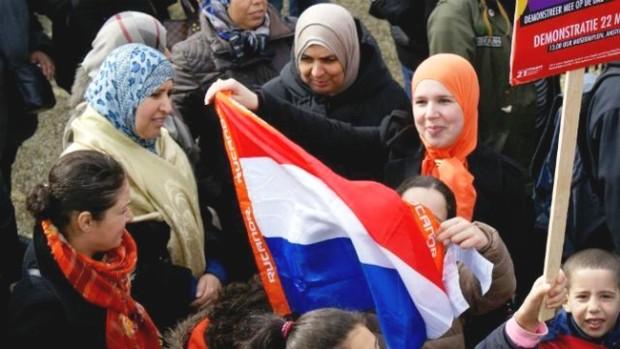 هولندا تمنع المغربيات من لبس النقاب في الأماكن العامة ابتداءً من اليوم الخميس !