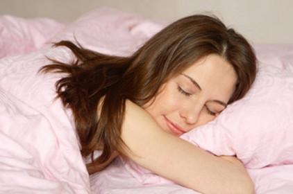 دراسة تكشف فوائد إيجابية لنوم المرأة عارية