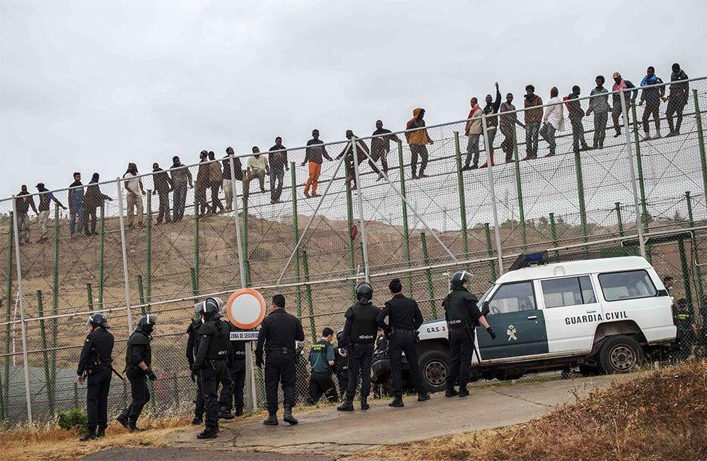 سلطات سبتة و مليلية تزيل أسلاك شائكة لخطورتها على المهاجرين السريين !