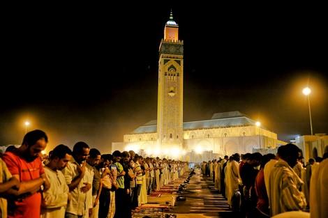 ناشط أمازيغي يدعو الحكومة لفرض ضريبة على الصلاة لتشغيل العاطلين !