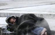 البرد القارس يحصد ضحيةً أخرى .. العثور على متشرد جثةً هامدة وسط الشارع بعين عودة !