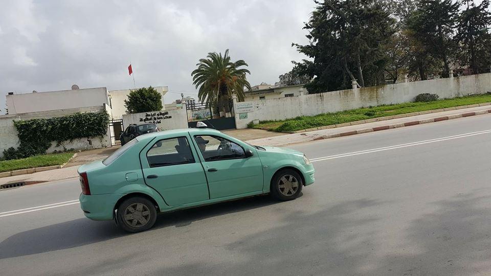 طريف/ شخص يسرق طاكسي و يقل المواطنين بكل حرية بالجديدة !