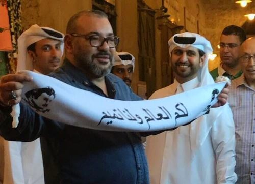 الملك محمد السادس بطلاً شعبياً لدى القطريين و يرفع شعاراً ضد الحصار (لكم العالم و لنا تميم)